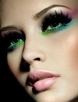 maquiagem-colorida-inspiração-sombra-multicolor-toda-em-forma